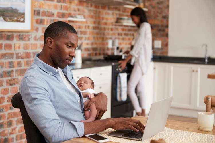 Hoe jonge vaders social media gebruiken om wegwijs te worden in hun nieuwe rol