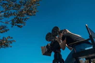 Mujer manejando una cámara de cine.