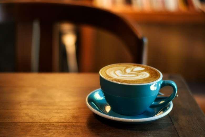 Una taza de café en una mesa de madera