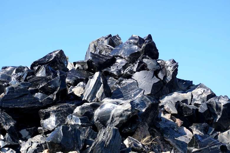 Pila de rocas negras brillantes