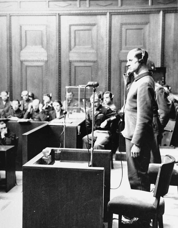 Karl Brandt en el estrado durante el Juicio de los Doctores en Nuremberg en febrero de 1947 por eutanasia. Fuente: United States Holocaust Memorial Museum