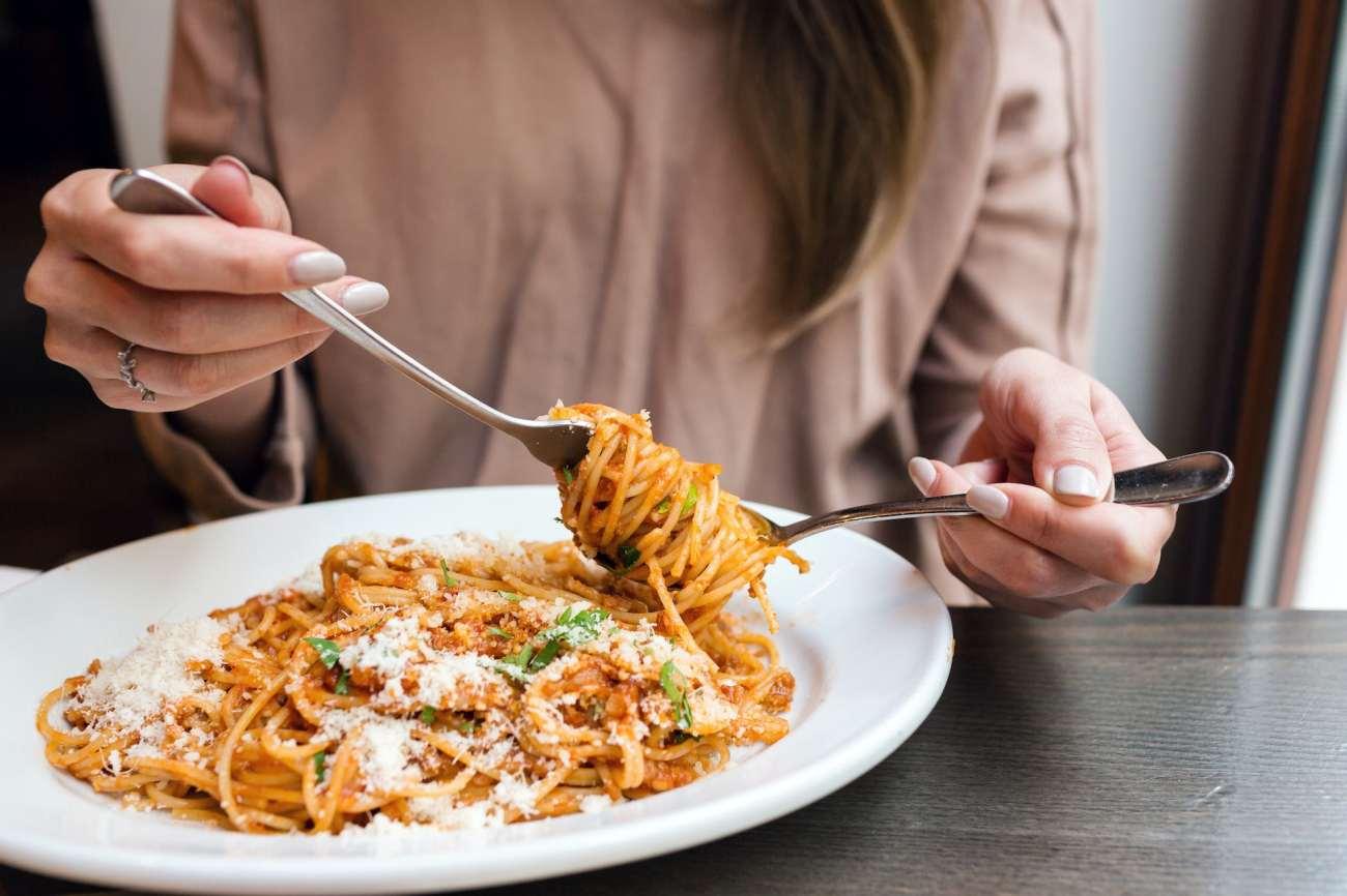 Persona che mangia pasta