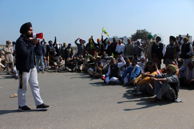 Indian farmers blockade roads