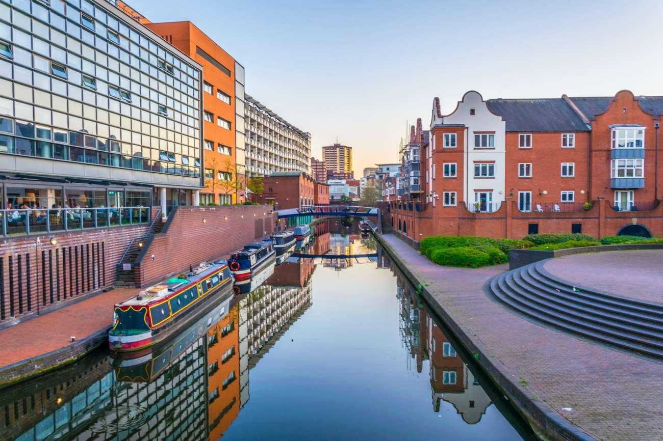 Canale nel centro di Birmingham, Inghilterra.