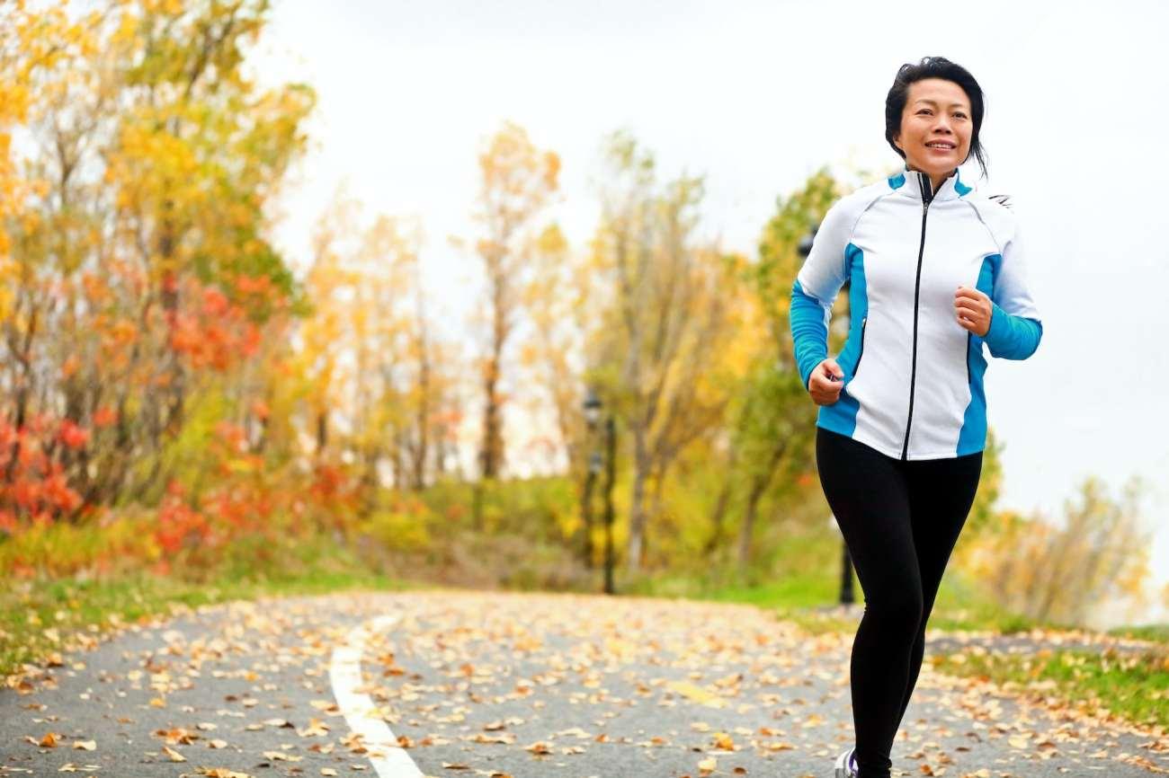 Donna che corre all'aperto in autunno.