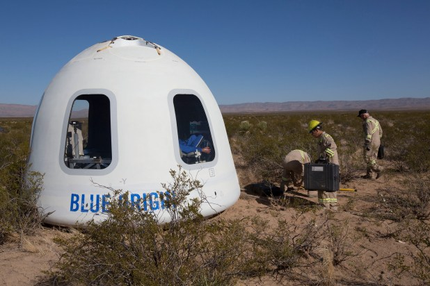 كبسولة بيضاء ذات قبة مع نوافذ في صحراء تكساس.