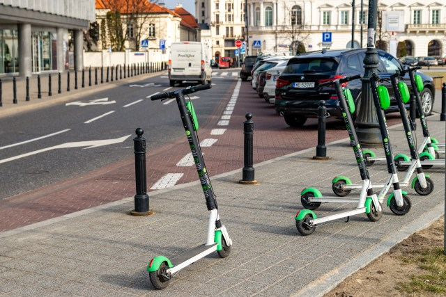 Des trottinettes en libre-service stationnées sur le trottoir