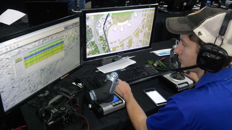 Controlador aéreo frente a pantallas de ordenador