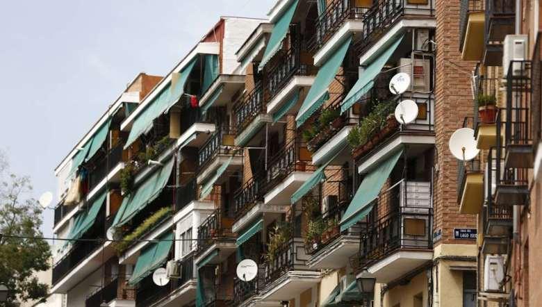 Fachada con toldos de protección en Madrid