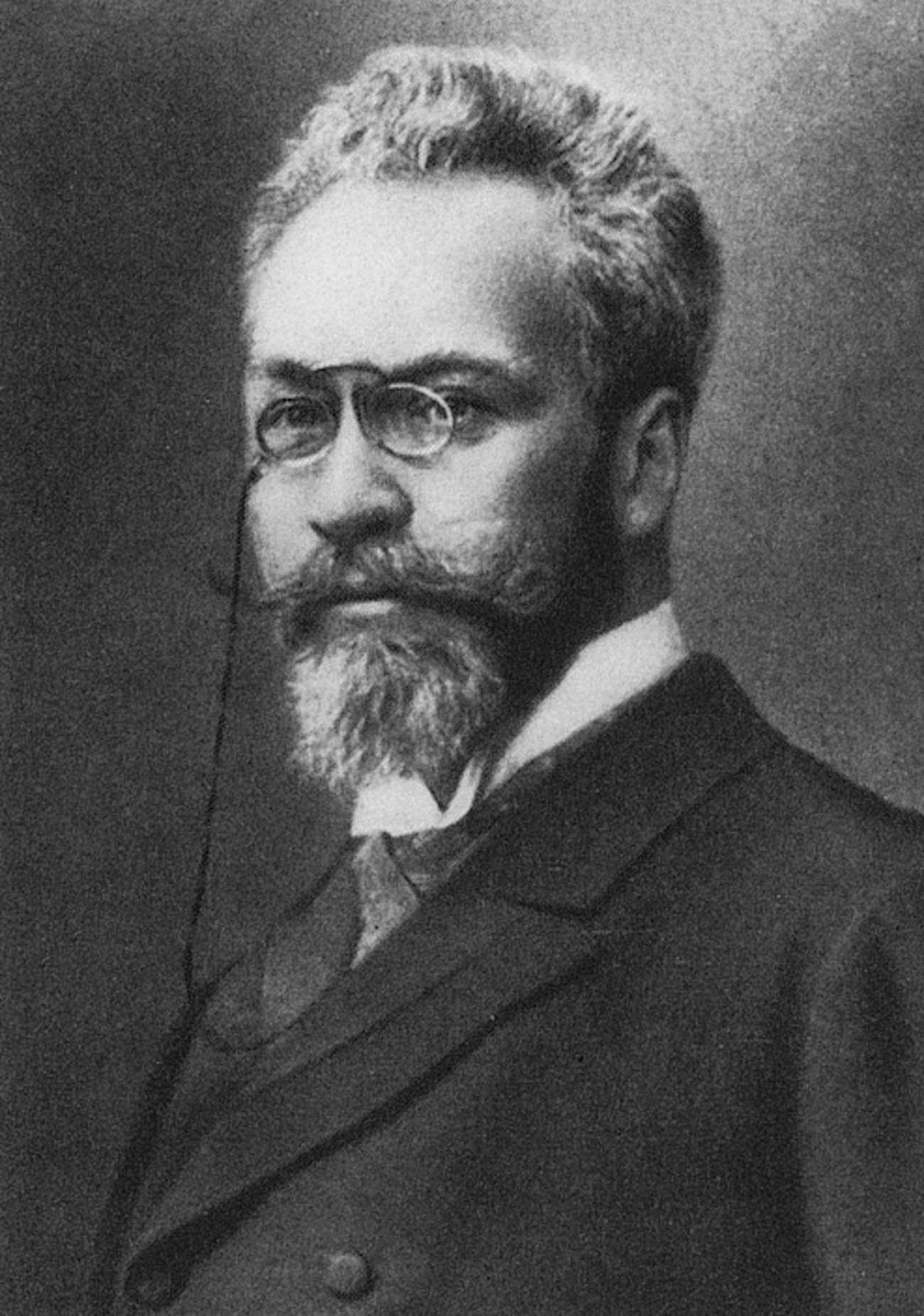 Ritratto di un uomo barbuto con gli occhiali