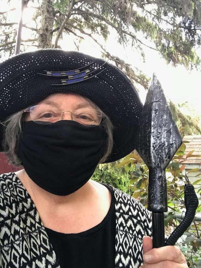 Une dame au visage recouvert d'un masque noir