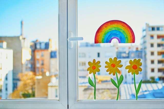 Dessins de fleurs et d'arc-en-ciel dans une fenêtre