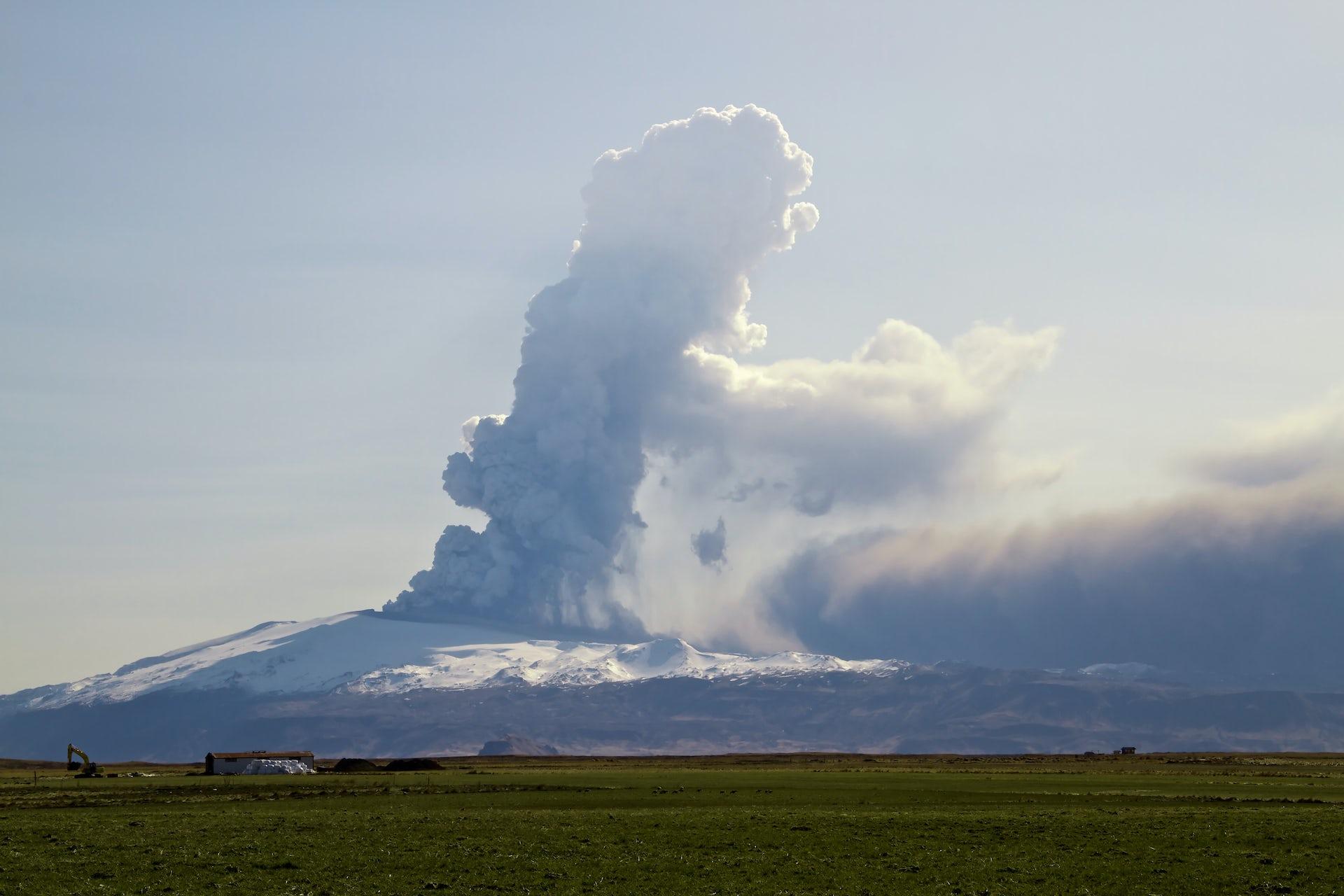 La erupción del volcán islandés Eyjafjalla en 2010 provocó la cancelación del tráfico aéreo en el noroeste de Europa.