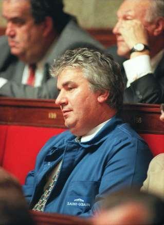 Le député communiste français Patrice Carvahlo se présente à l'ouverture du nouveau parlement dirigé par les socialistes en bleu de travail, le 12juin 1997 à Paris