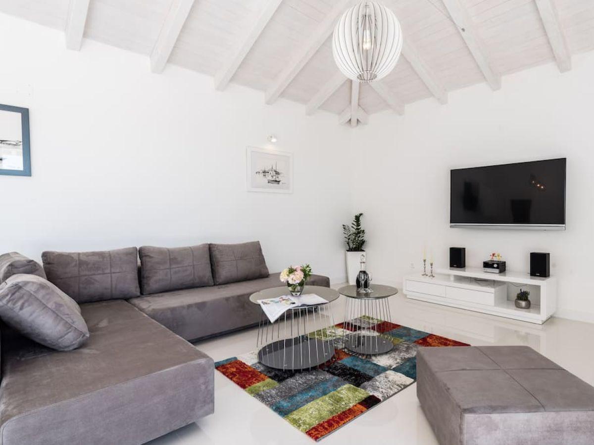 Modernes Wohnzimmer Mit Essbereich Trennwand Wohnzimmer Esszimmer