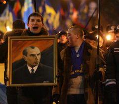 Учасник акції «Степан Бандера - наш Герой» тримає портрет лідера ОУН в Києві. 1 січня