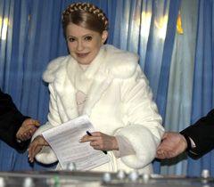 Юлія Тимошенко кидає бюлетень в урну для голосування в день виборів Президента України. Дніпропетровськ, 17 січня