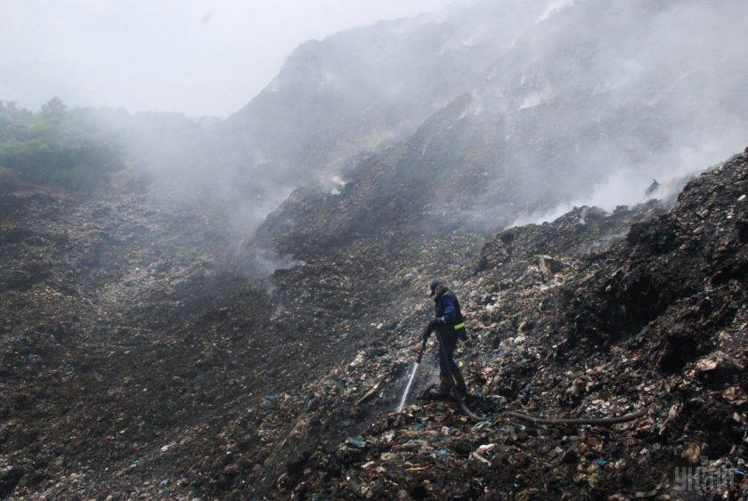 Рятувальники встановили, що що спостерігається горіння сміття на звалищі окремими осередками на загальній площі 200 кв. м / фото: УНІАН