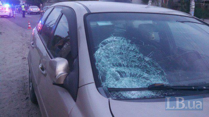 Водія в наручниках посадили в машину поліції / фото lb.ua