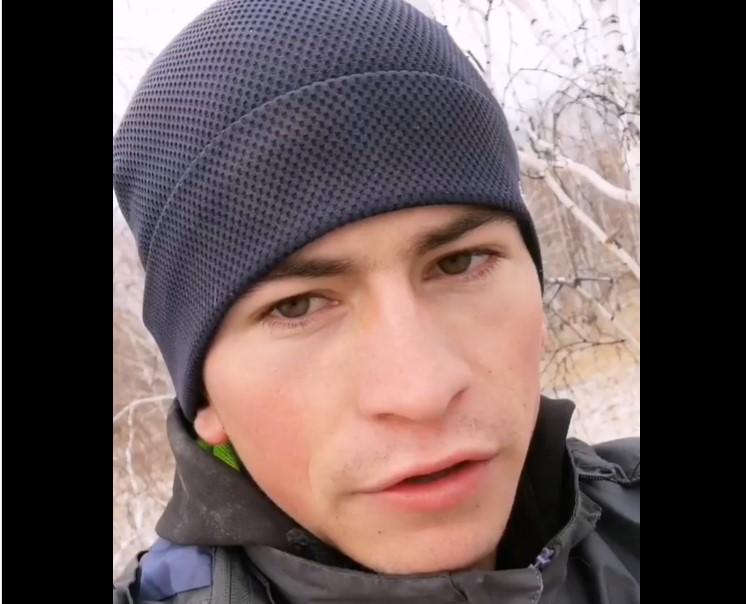 Омский студент вынужден ловить скоростной интернет на дереве ради пар в Zoom/ Скриншот с видео