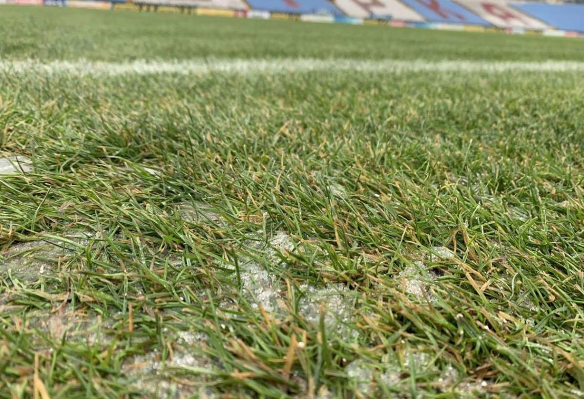 Состояние газона на стадионе Зирка / фото Footboom.com