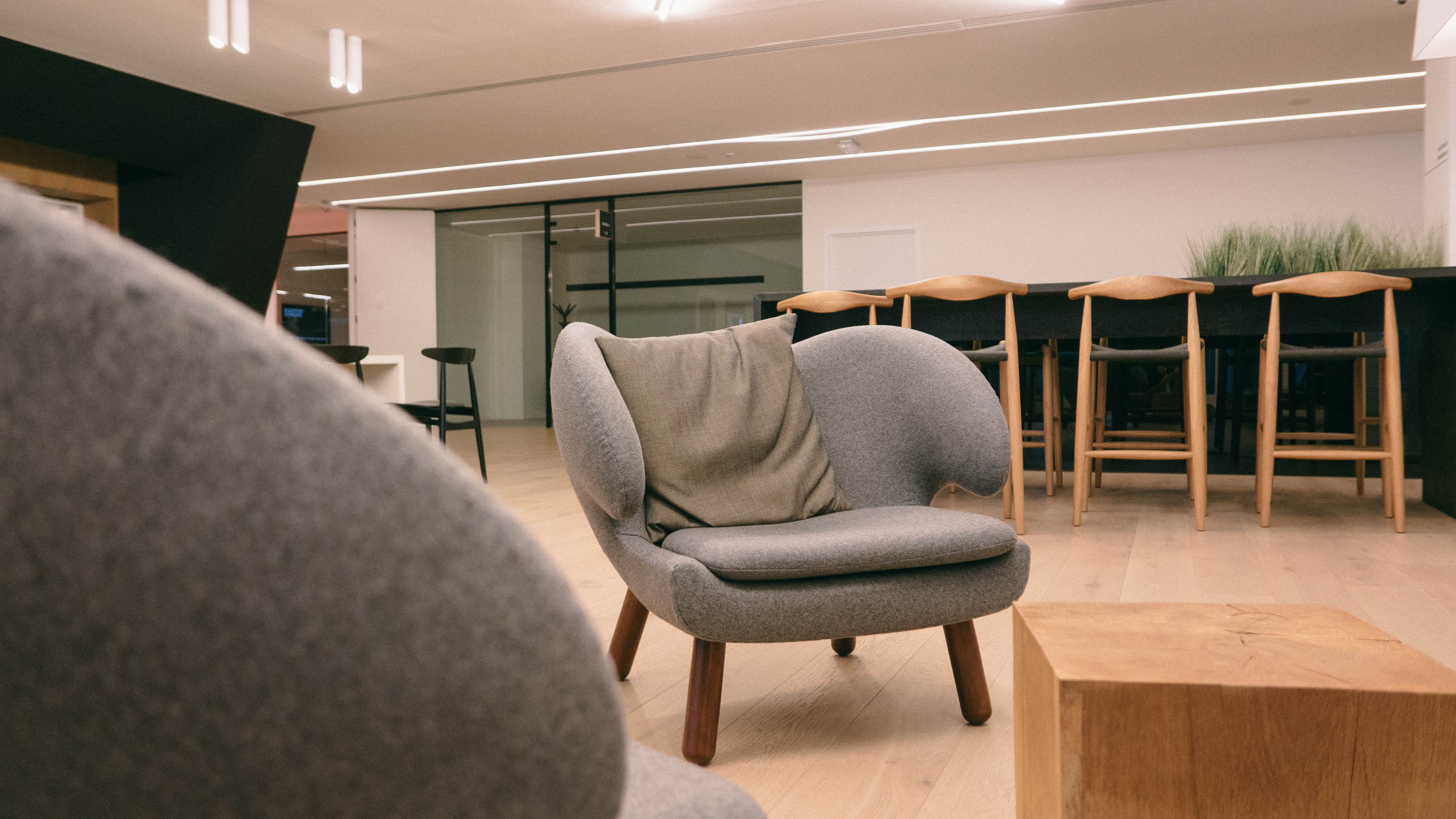white fluffy desk chair reclining salon chairs best 100+ room pictures | download free images on unsplash