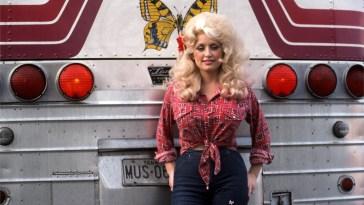 Dolly Parton torna «coniglietta»: la copertina di Playboy (43 anni dopo)