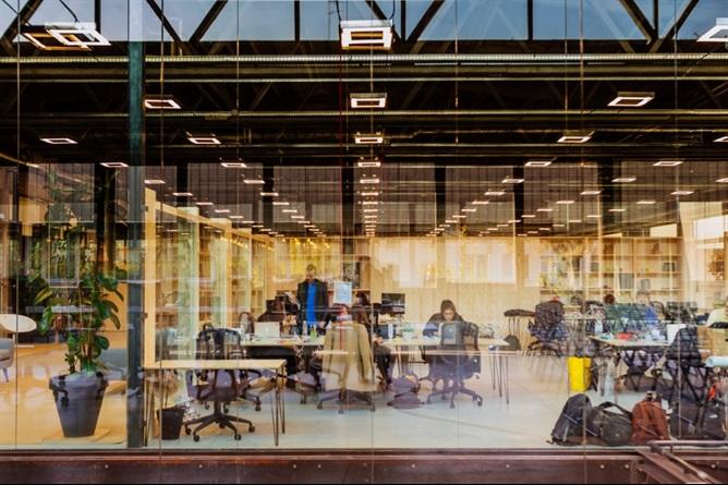 Una scrivania in coworking per il Salone del Mobile