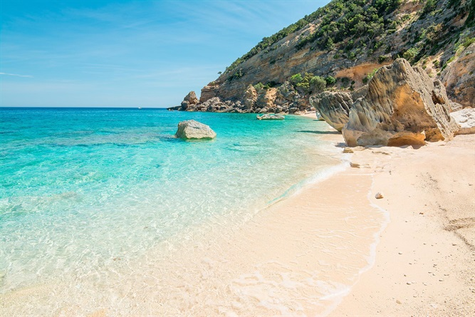 Le 12 spiagge dove fare il bagno almeno una volta nella vita
