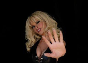 «Pam & Tommy»: Lily James irriconoscibile nei panni di Pamela Anderson