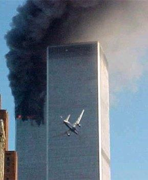 Il secondo aereo penetra la seconda delle Twin Towers, nel tragico 11 settembre 2001. Il mondo non sarà più lo stesso.
