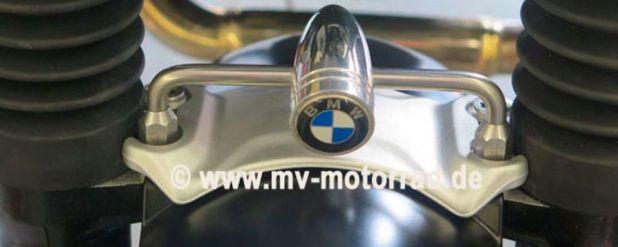 Für die leere Stelle zwischen Lampe und Schutzblech wird der Emblem Halter am Gabelstabilisator befestigt. Für die BMW Pure, Scrambler, Urban und Racer, nicht aber für die R nineT geeignet.
