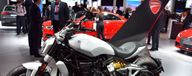 Einsam, aber nicht allein auf weiter Flur: Die Ducati X-Diavel auf dem Audi-Stand der IAA 2017.