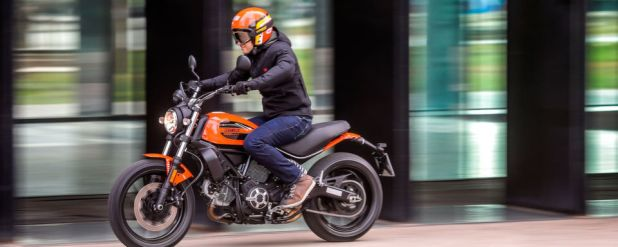 Die Ducati Scrambler Sixty2 in schicken Neon-Warnfarben.