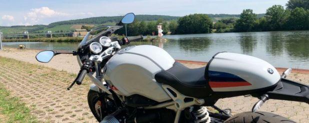 Der Motorradmarkt lässt sich von der Hitze bislang wenig beeindrucken: Im Bild die BMW R Nine-T Racer, das richtige Bike, um als Sommerfrischler durch die Gegen zu cruisen.