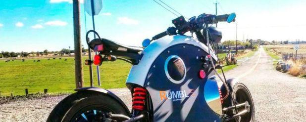 Dank der coolen Café-Racer-Optik ist das E-Bike ein echter Hingucker.