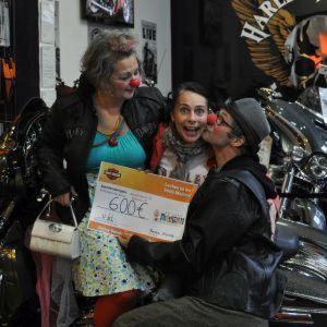 Zwischen Bikes und Leder überreichte das Team von Harley-Davidson Rostock den Scheck über 600 Euro.