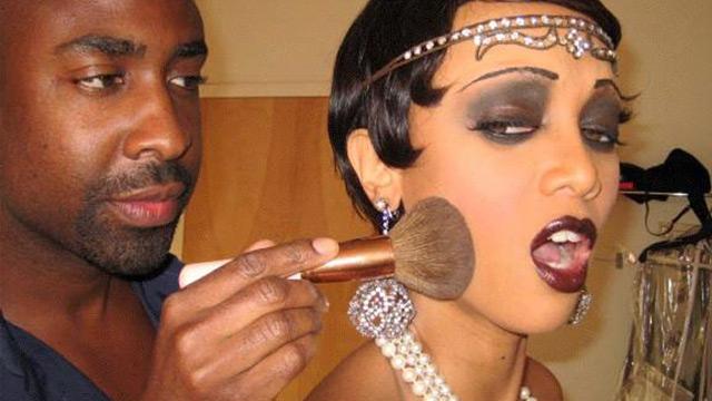 Valenté a fazer maquiagem anos 20 em Tyra Banks