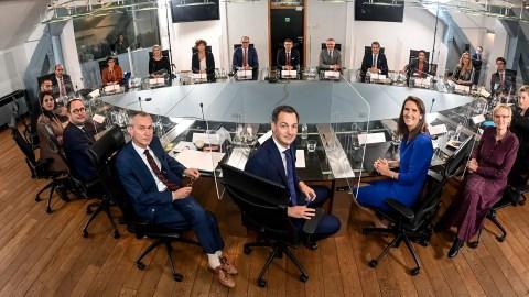Heeft de federale regering echt 838 kabinetsmedewerkers nodig? Of kan het  ook zoals in Nederland? | VRT NWS: nieuws