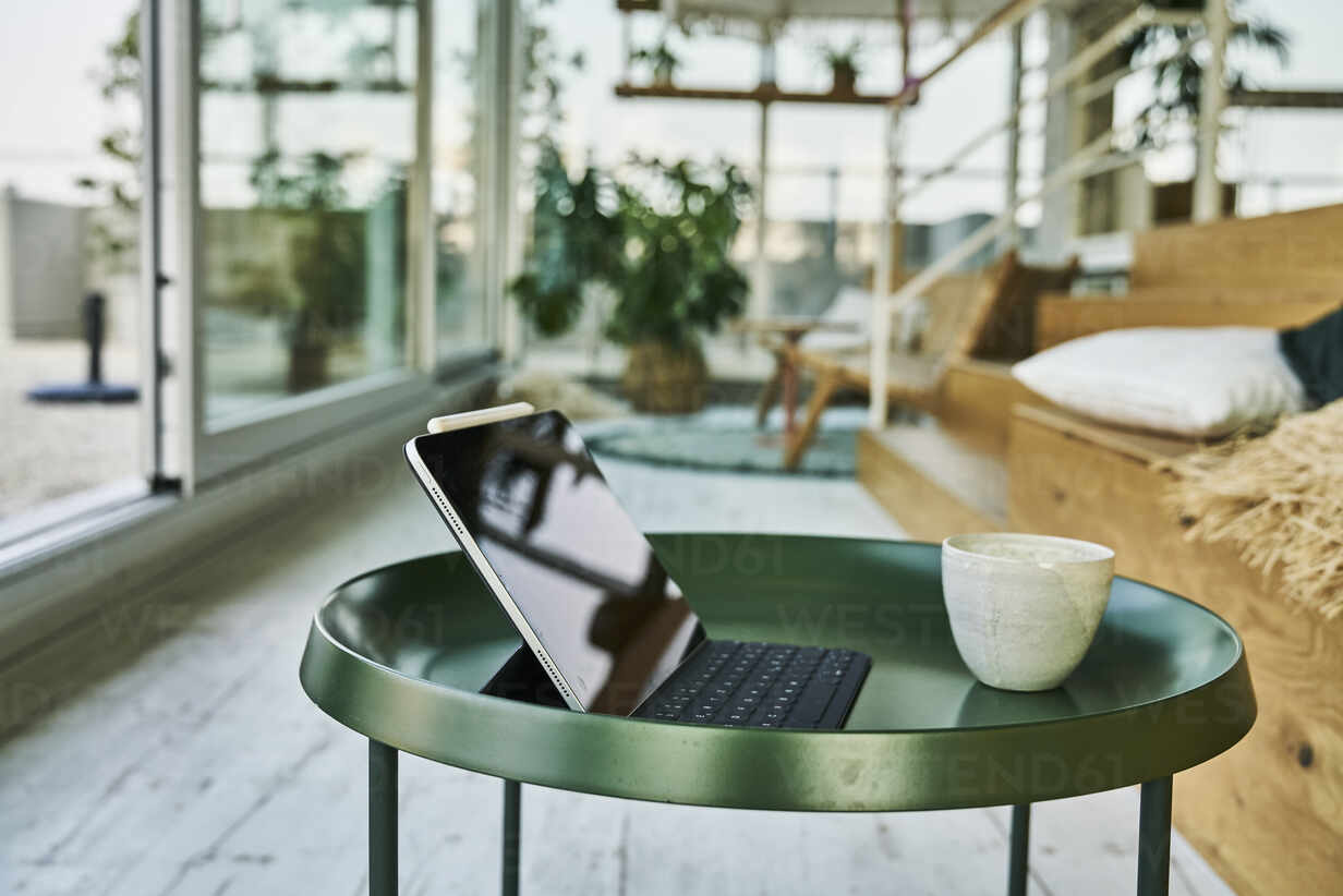 https www westend61 de en imageview fmkf06594 digital tablet with computer keyboard and coffee cup on table at home