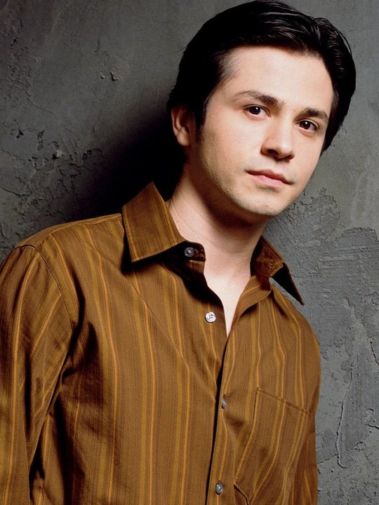 https://i0.wp.com/images.wikia.com/six-feet-under/images/0/04/Six-feet-under-freddy-rodriguez-1.jpg