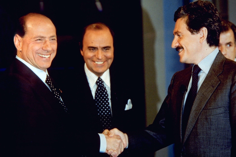 Stretta di mano tra Berlusconi e D'Alema forse il simbolo del berlusconismo
