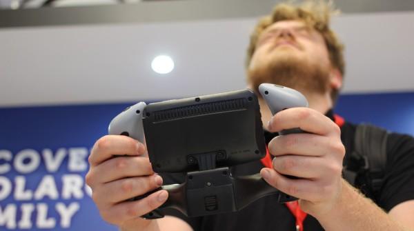 Philip alle prese col volo di un drone allo stand Polaroid