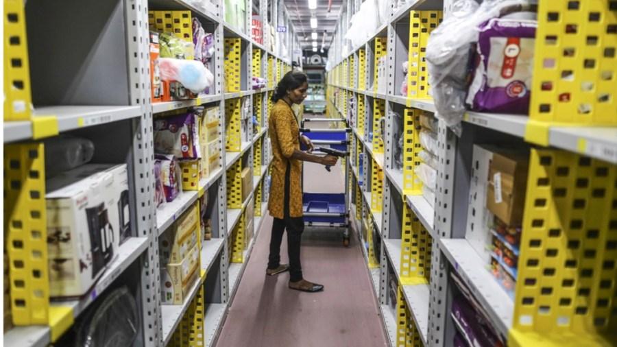 Nel più grande magazzino di Amazon in India (Getty: Dhiraj Singh/Bloomberg)