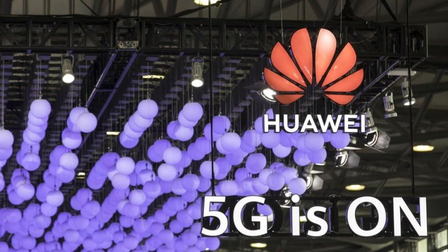 Lo stand di Huawei al Mobile World Congress di Shanghai (foto: Qilai Shen/Bloomberg via Getty Images)