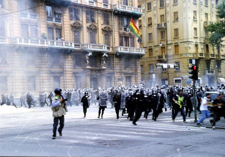 Carica al G8 di Genova (foto: Ares Ferrara via Wikimedia Commons)