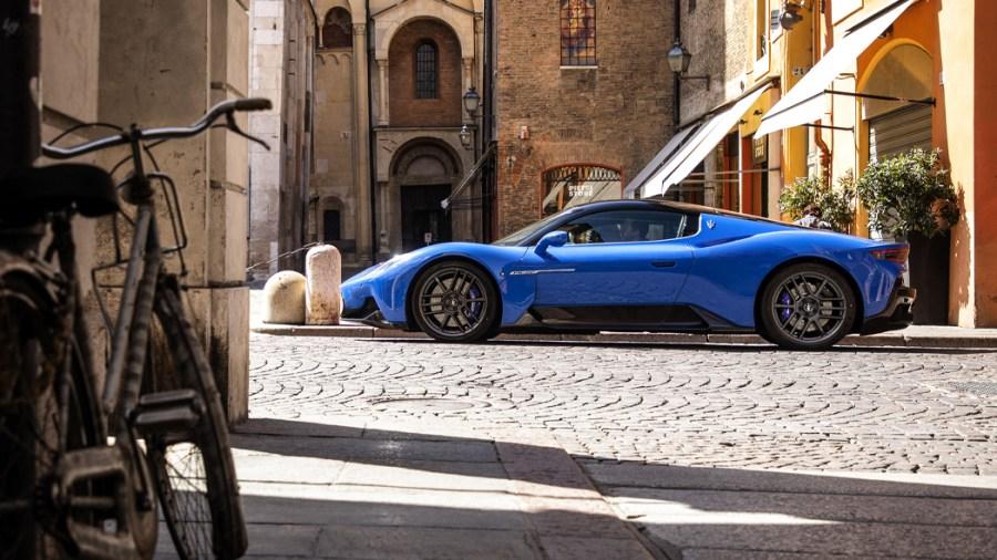 In centro città con Maserati MC20