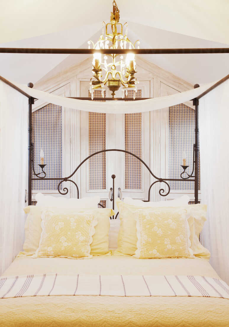 https www westend61 de en imageview caif00638 chandelier over four poster bed with yellow linens