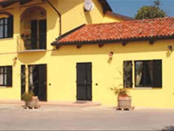 Farmhouse Accomo Poderi Sinaglio Piedmont Holiday