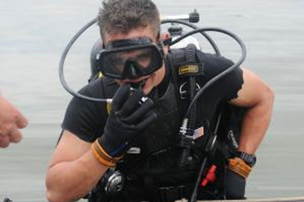 Army Divers Go To Great Depth For River Assault Military Com
